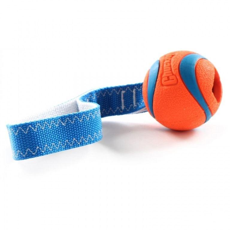 Chuckit Ultra Tug Ultra Ball med et meget stærkt nylon håndtag.